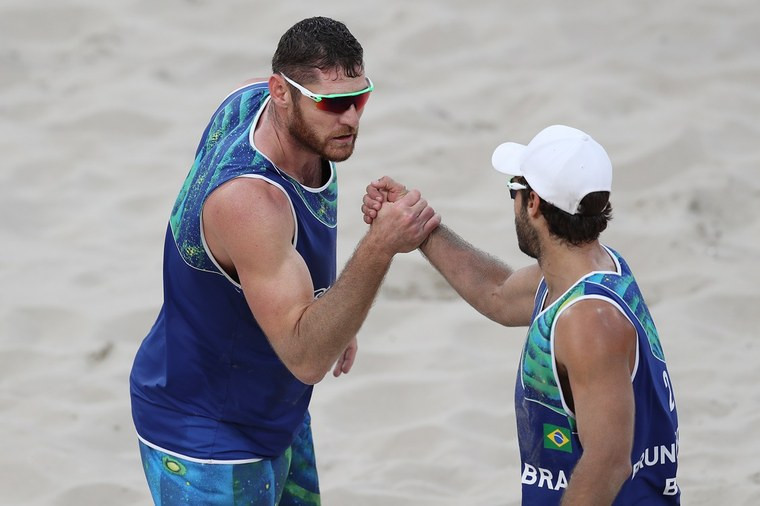 Alison e Bruno comemoram a vitória sobre a dupla do campeão olímpico em Pequim 2008: holandeses na semifinal. Foto: FIVB