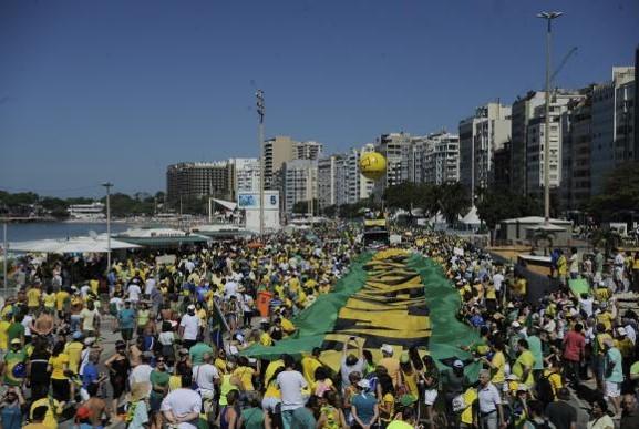Manifestantes fazem caminhada pela orla de Copacabana Tânia Rêgo; Agencia Brasil