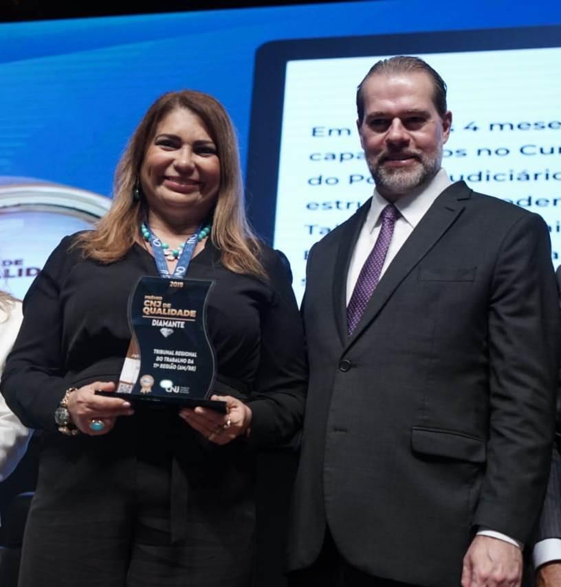 A corregedora regional do TRT11, desembargadora Ruth Barbosa Sampaio, recebeu o prêmio das mãos do ministro Dias Toffoli