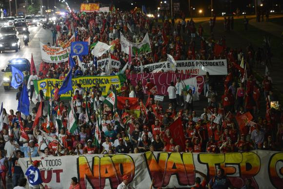 Integrantes da CUT e de movimentos sociais marcham contra o impeachment de Dilma Rousseff e pelo afastamento de Eduardo Cunha Fabio Rodrigues Pozzebom/Agência Brasil