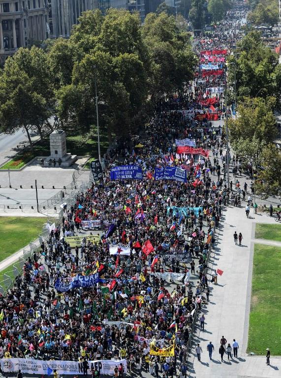 Ato em Santiago, capital do Chile, reuniu milhares contra o modelo privado de previdência em março de 2017. Foto: Martin Bernetti / AFP