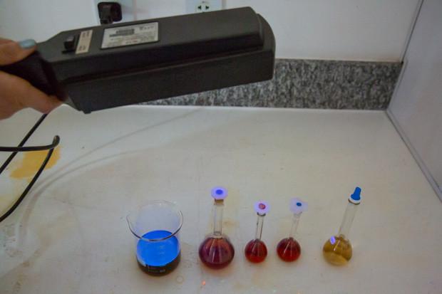 Biofertilizante (vidro à esquerda) desenvolvido no Instituto de Química é puro, atóxico e luminescente, e permite fácil adaptação às necessidades de cada cultura/ Foto (Crédito: André Gomes/Secom UnB)