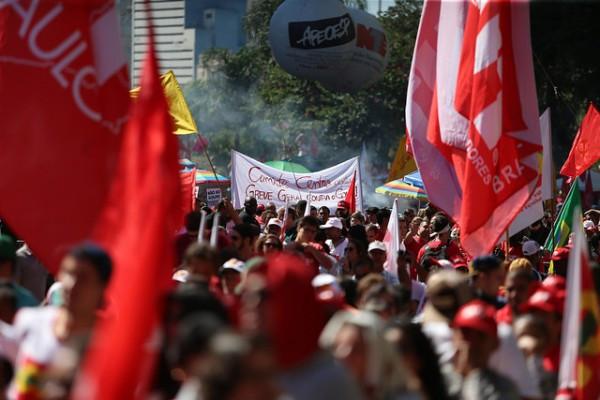 Manifestantes pela democracia no Vale do Anhangabaú em São Paulo. Foto: Paulo Pinto/Agência PT