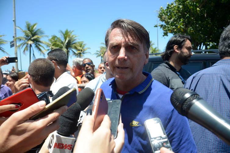 O presidente eleito, Jair Bolsonaro, conversa com jornalistas, na Barra da Tijuca -Tânia Rêgo/Arquivo/Agência Brasil