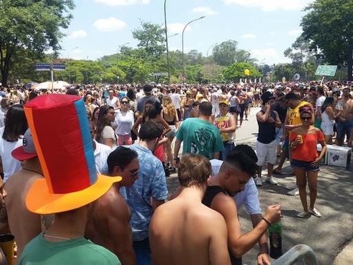 Monobloco agita o centro do Rio na manhã de hoje