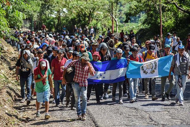 Em direção aos Estados Unidos, milhares de centro-americanos já ultrapassaram a fronteira da Guatemala com o México / Orlando Estrada/AFP