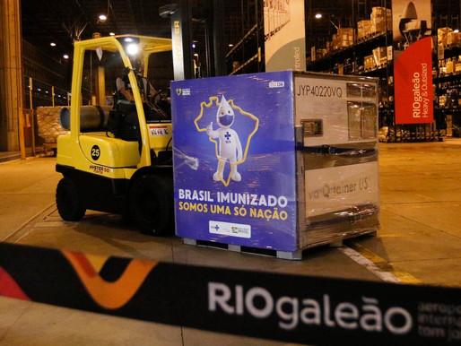 Chega ao Rio remessa do IFA para produção da vacina Oxford-AstraZeneca