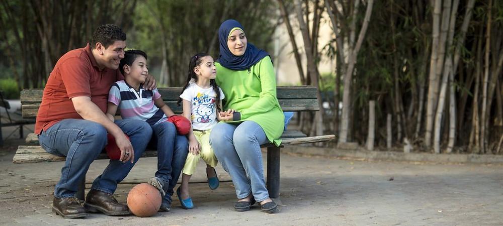 Ahmed e Rasha passam o dia em um parque no Cairo, Egito, com seus dois filhos, Mohamed e Raghad. Ahmed e Rasha escolheram não ter mais filhos porque querem garantir que Mohamed e Raghad tenham uma boa vida e boa educação. Foto: UNFPA/Roger Anis