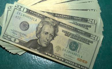 Dólar sobe para R$ 5,25 e fecha no maior valor em dez dias
