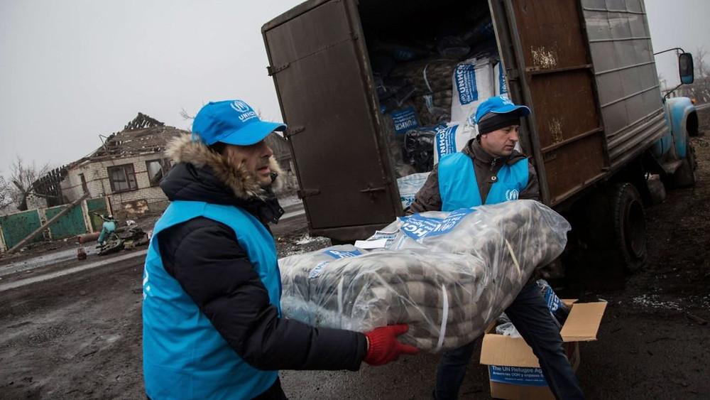 UCRÂNIA/2015 — Profissionais do ACNUR se preparam para a distribuição de itens de assistência no vilarejo destruído de Nikishino. Após quatro anos de conflitos no leste da Ucrânia, 1,5 milhão de pessoas se tornaram deslocadas internas no país. Foto: ACNUR/Andrew McConnell