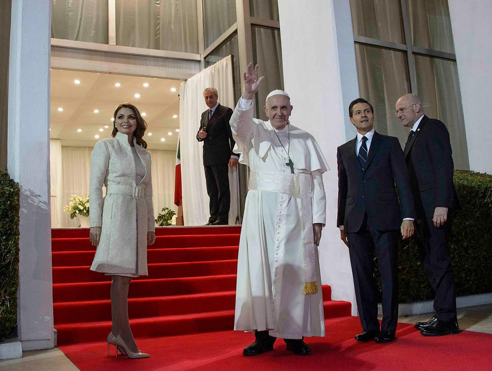 O Papa Francisco é recebido pelo presidente do México, Enrique Peña Nieto e pela primeira dama Angélica Rivera Hurtado, durante sua chegada ao país.