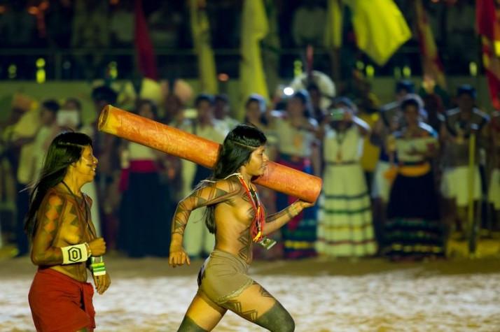 Corrida de tora na cerimônia de abertura dos Jogos Mundiais dos Povos Indígenas  Marcelo Camargo / Agência Brasi