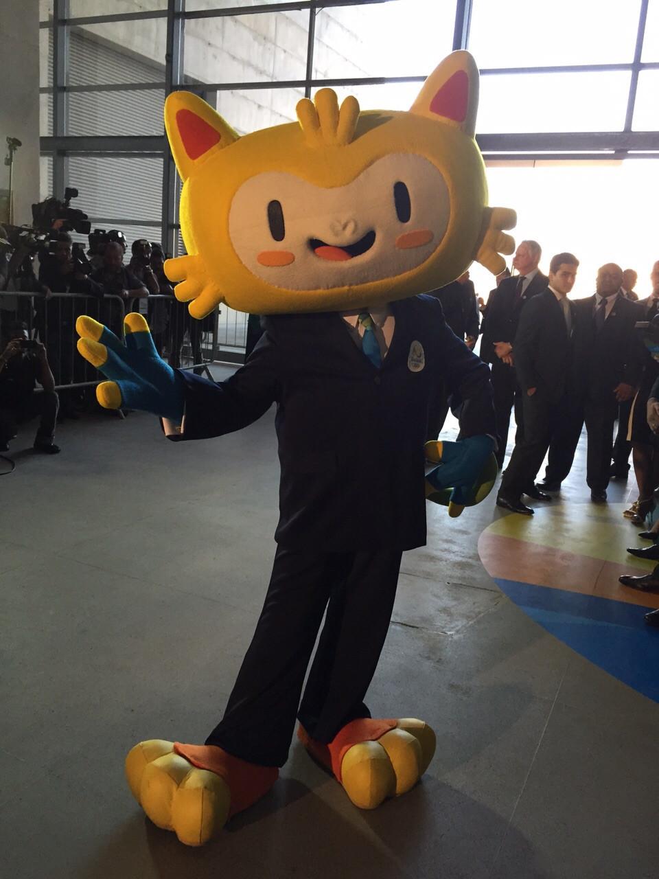 O mascote Vinícius, das próximas Olimpíadas, vestido com roupa de gala para a festa que marcou 1 ano para o início dos jogos olímpicos do Brasil. Foto: Adriana Machado/Blog do Planalto