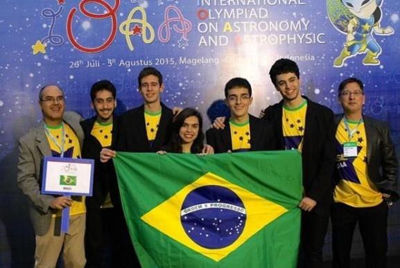 Estudantes da equipe brasileira passam por treinamentos intensivos para aprender a operar telescópios e a construir foguetes Divulgação/OBA