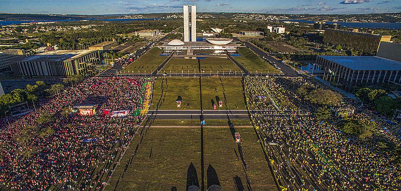 Manifestantes contra (esq.) e favor (dir.) do impeachment da presidenta Dilma Rousseff ocupam a Esplanada dos Ministérios - Ricardo Stuckert