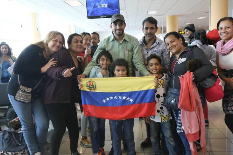 Venezuelanos voltam ao lar e comemoram em aeroporto. (Foto: Reprodução)