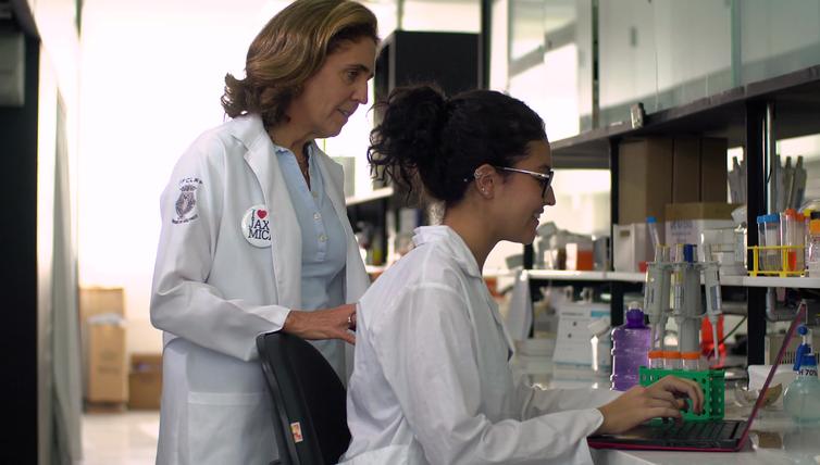 Lygia dirige o Laboratório Nacional de Células-Tronco Embrionárias. Ela e seus alunos estudam a síndrome de Marfan, por Reprodução/TV Brasil