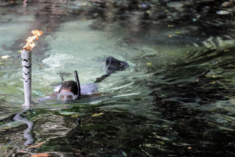 Karina Oliane conduz a tocha em meio às piscinas naturais de Bonito (MS). Foto: Ivo Lima/Brasil2016.gov.br/ME