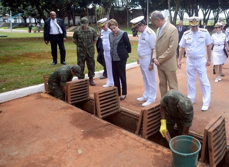 Dilma e o ministro da Defesa, Aldo Rebelo, acompanharam parte dos trabalhos dos militares no Grupamento de Fuzileiros Navais de Brasília Ministério da Defesa