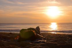 Vue d'une femme sur la plage