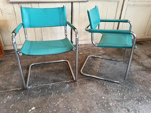 Paire de fauteuils cantilever, B34 .
