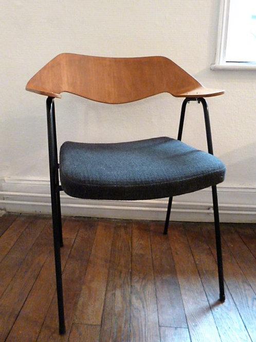 Chaise du designer Robin Day, modèle édité par airborne
