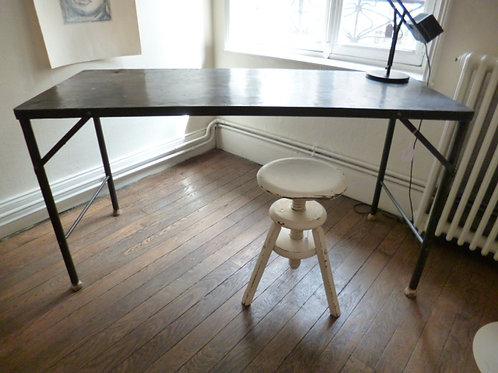 Table en métal riveté