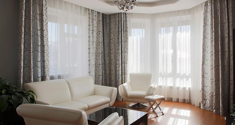 потолочные шторы в гостиную.