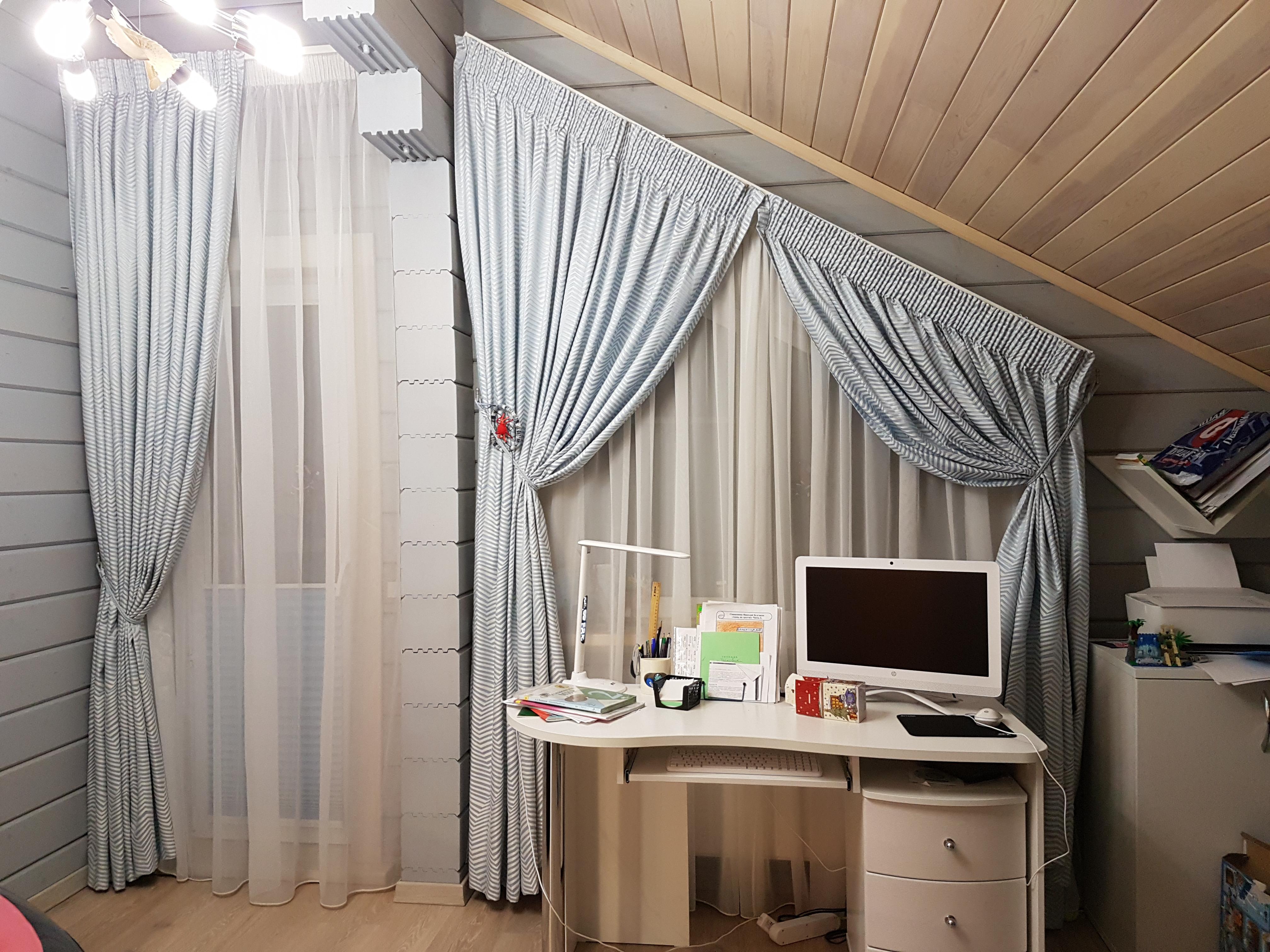 косое окно со шторами в детской