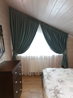 шторы в спальню на косое окно