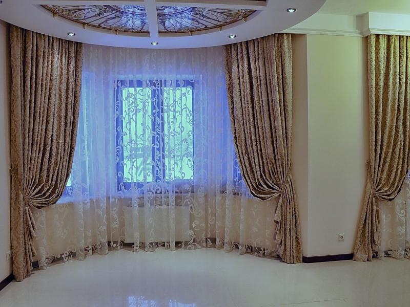 шторы на полукруглое окно для гостиной.