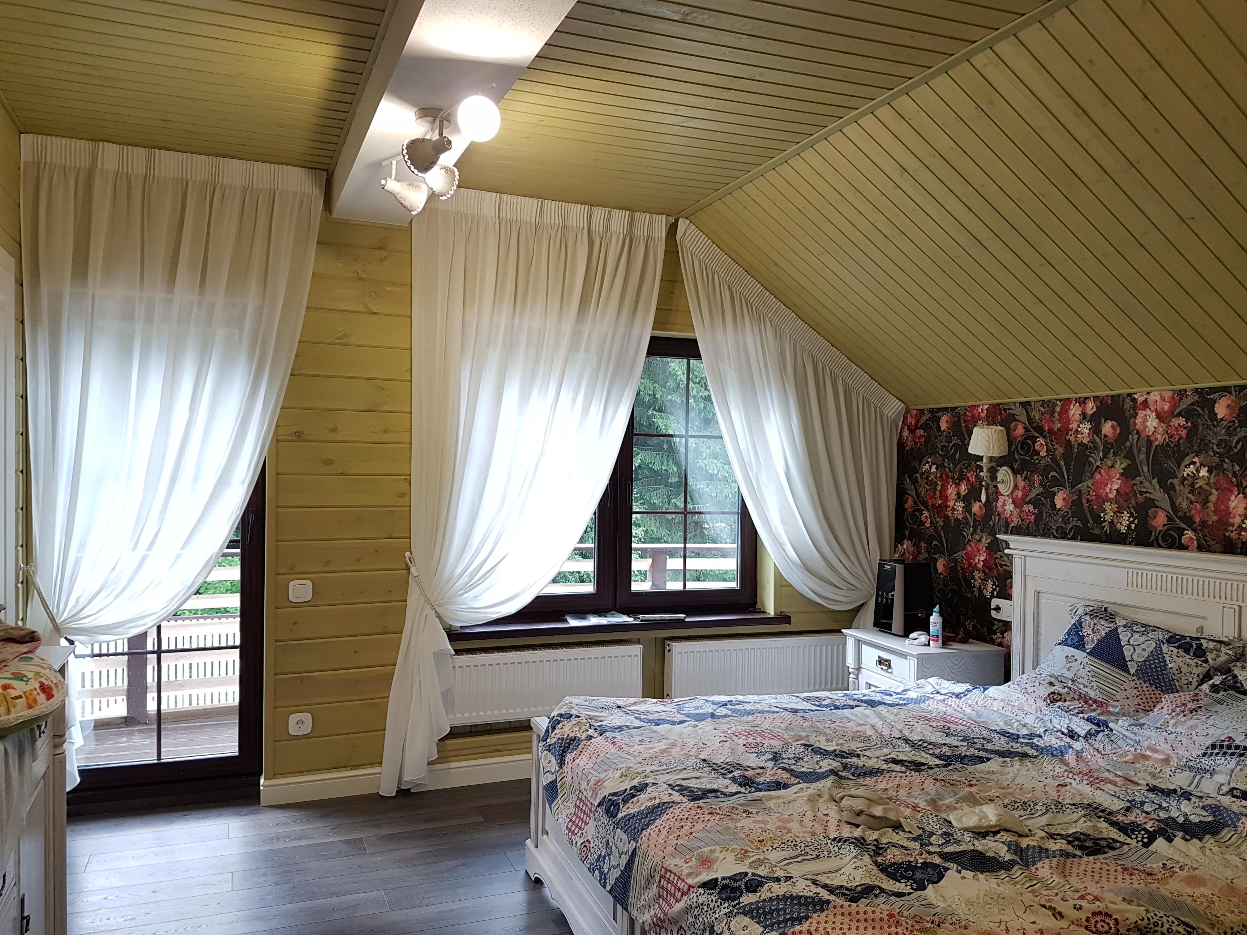шторы на косое окно в спальне