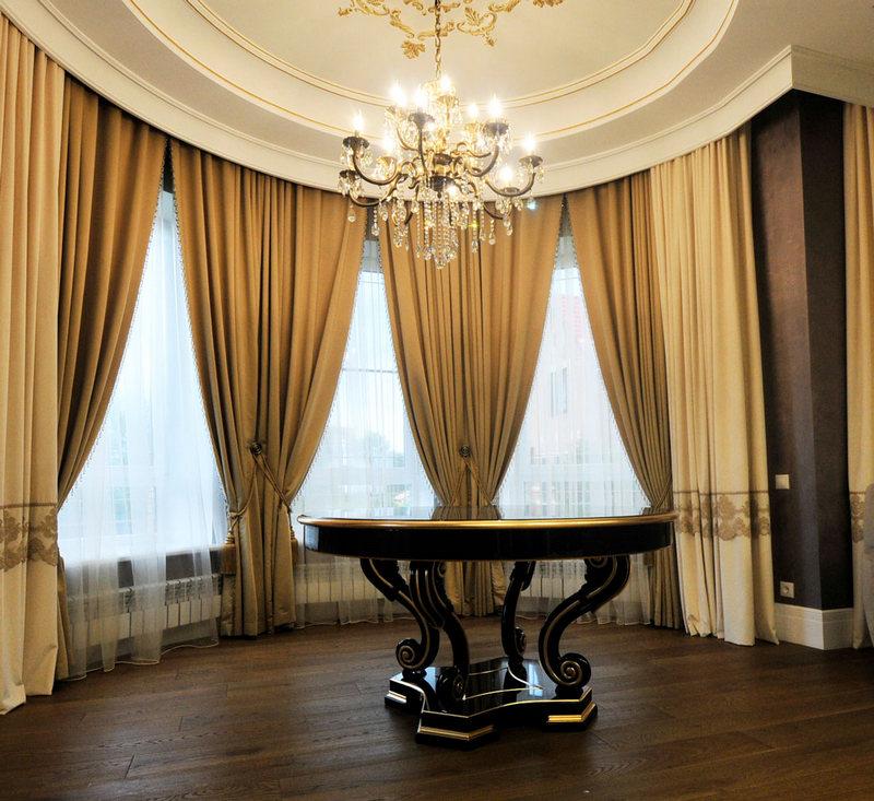 шторы для полукруглого окна гостиной