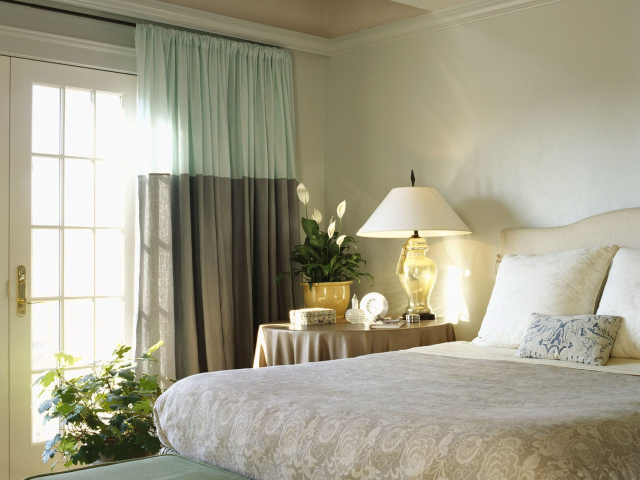 Шторы из натуральных тканей для спальни.