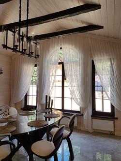 шторы на косое окно в загородный дом