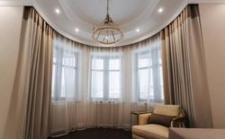 шторы полукруглого окна гостиной