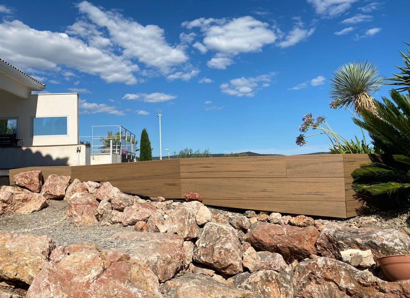 Bardage avec lames de finition de terrasse Timbertech sur Poussan