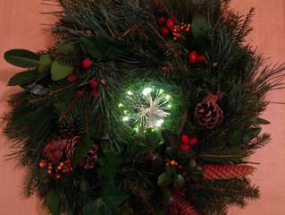 Adventskranzbinden bei der Weihnachtsfeier