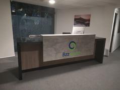 Muebles de recepción | Diseño de interiores | Muebles sobre diseño | Remodelación Oficina Rio Sena