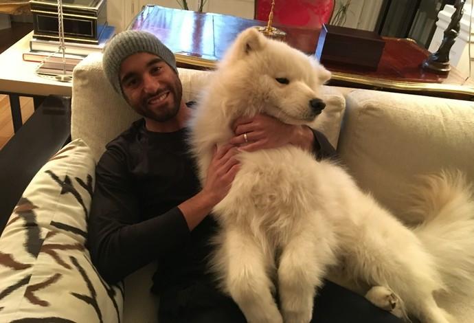 Lucas com seu cachorro, Flash, na casa onde vive em Paris (Foto: Ivan Raupp)