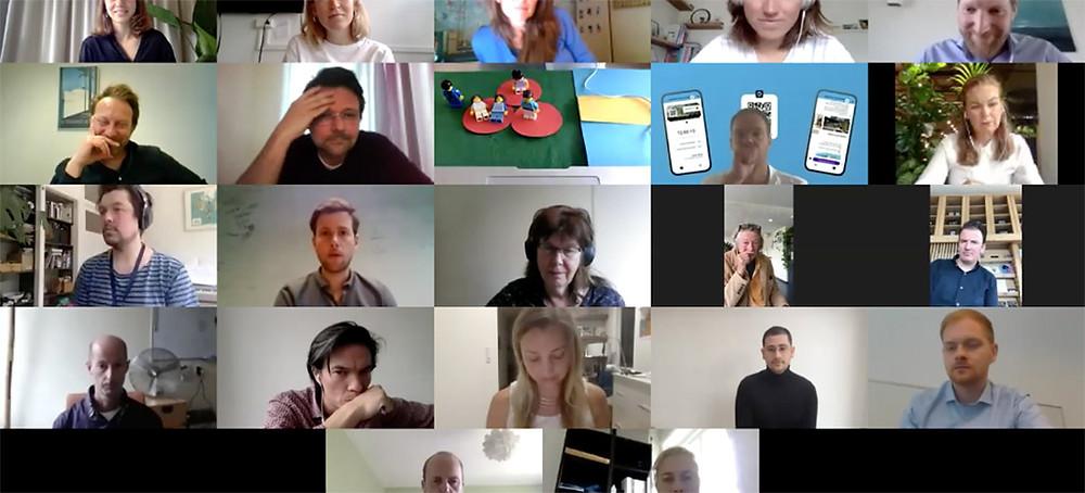 Finalisten pitchen hun oplossing voor jury en publiek tijdens een openbare Zoom-sessie