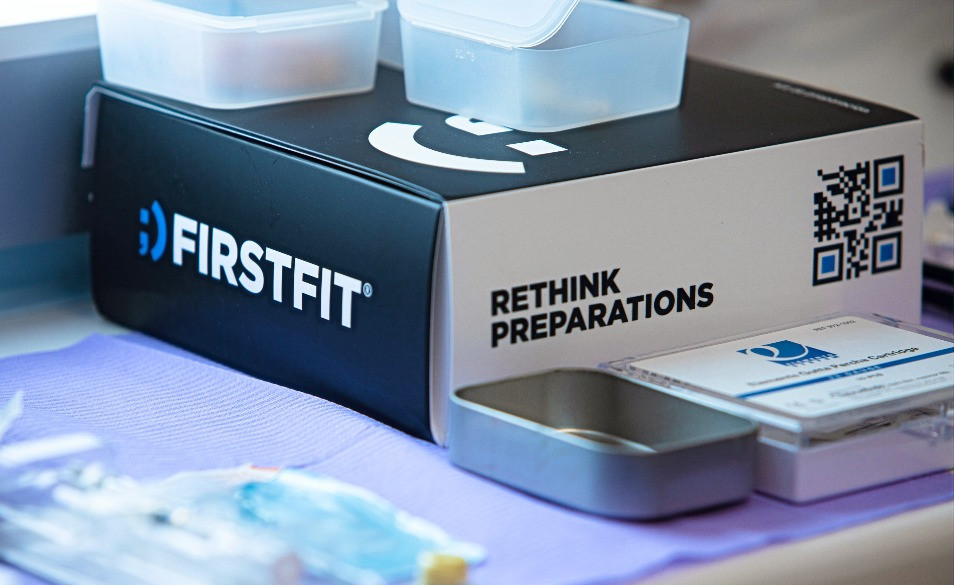 Caja del kit de carillas de First Fit