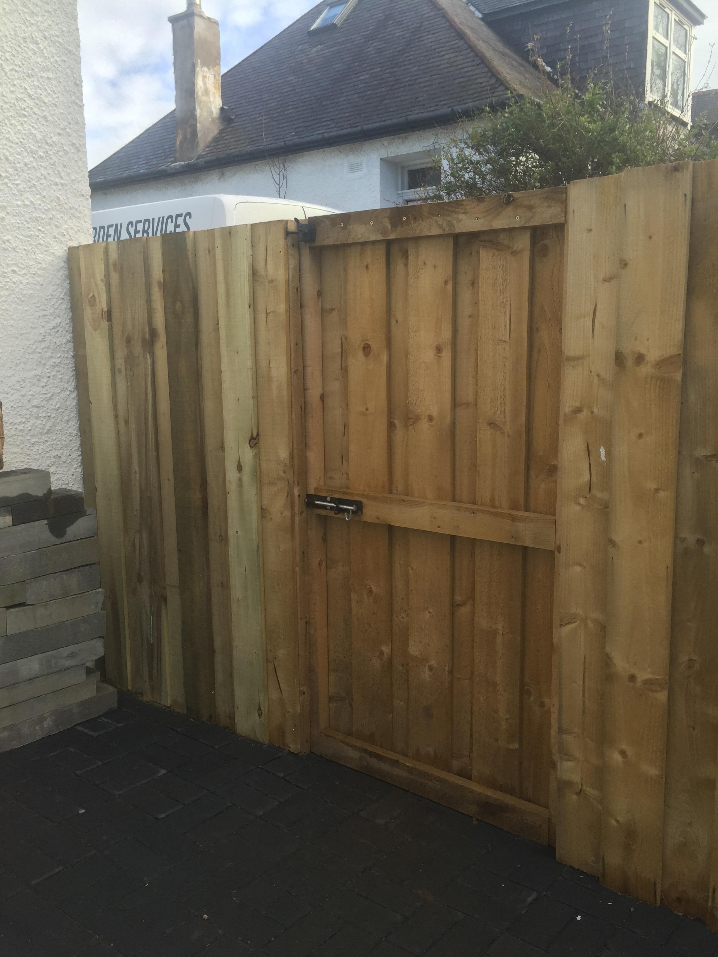 Wooden_gate_palisade_fencing.jpg