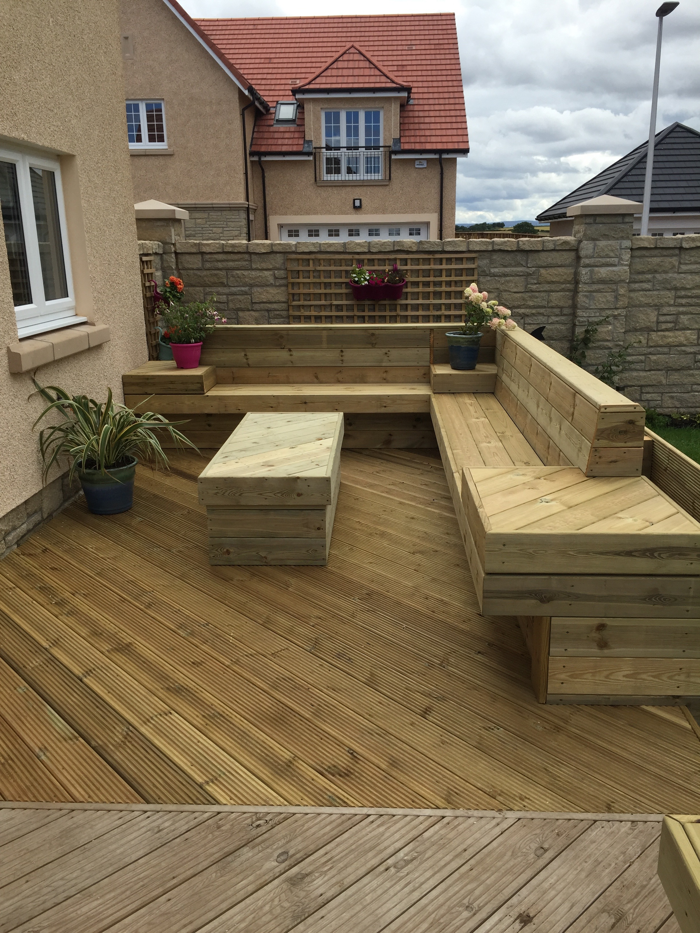 wooden_decking_with_seating.jpg