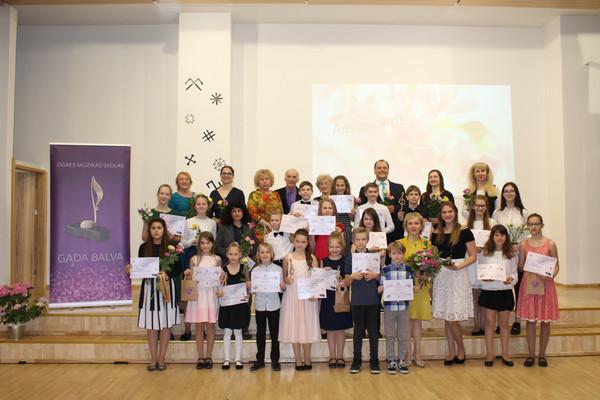"""13.maijā Ogres Mūzikas skolā notika """"GADA BALVAS 2019"""" ceremonija, kurā tika sveikti finālisti. Šogad žūriju pārstāvēja  Artūrs Mangulis, Vairis Nartišs un prof. Sergejs Brīnums.  Kā arī tika sveikti audzēkņi  par piedalīšanos un labiem rezultātiem  konkursos un skatēs 2018./2019. mācību gadā, un skolotāji par ieguldīto darbu un audzēkņu sagatavošanu konkursiem, skatēm 2018./2019. mācību gadā."""
