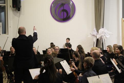 Ogres Mūzikas skolas audzēknis Kristiāns Oborenko( mežrags)