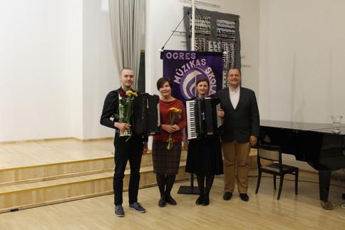 """2.maija vakarā Ogres Mūzikas skolas koncertzālē izskanēja akordeonistu koncerts """"No klasikas līdz Parīzei"""".  Paldies akordeona spēles skolotājai Svetlanai Catlakai un viesiem Oskaram Maureram un Evitai Dūrai – Andersonei."""