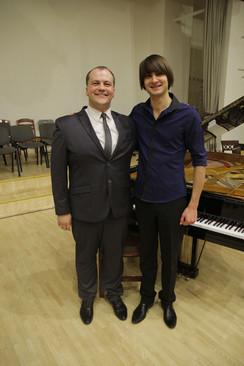 No kreisās: skolas direktors Atvars Lakstīgala, pianists/komponists Vestards Šimkus