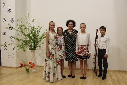 Skolotāja Tatjana Januševska kopā ar savu lielisko komandu.
