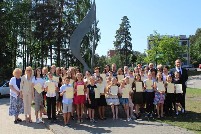 Ogres Mūzikas skolas audzēkņi, kuri saņēma ZELTA LIECĪBAS 2018./2019.mācību gadu noslēdzot.